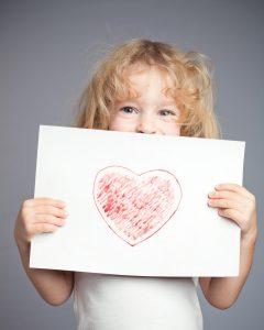 enfant avec un dessin
